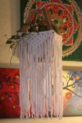Dekorácie - Makramé drevený držiak na kvetináč so strapcami - 12806795_