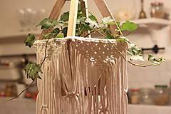 Dekorácie - Makramé drevený držiak na kvetináč so strapcami - 12806802_