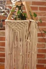 Dekorácie - Makramé drevený držiak na kvetináč so strapcami - 12806803_