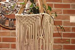 Dekorácie - Makramé drevený držiak na kvetináč so strapcami - 12806805_