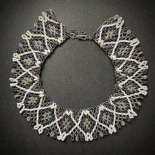 Náhrdelníky - Náhrdelník: Bielo-sivo-tmavomodrý - 12818590_