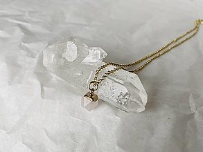 Náhrdelníky - Náhrdelník s minerálom (Ruženín, pozlátená guličková retiazka) - 12820795_
