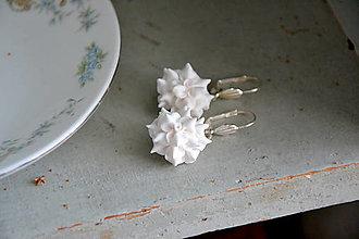 Náušnice - Biele pusinky, visice náušnice, fimo - 12828769_