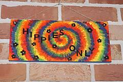 Tabuľky - Drevená ceduľka ručne maľovaná Hippies only - 12841161_