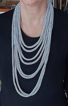 Náhrdelníky - Textilný šperk strieborno modrý - 12839944_