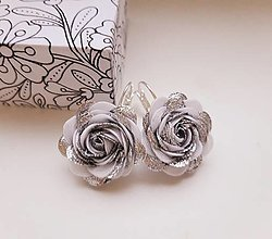 Náušnice - Textilné ružičky - bielostrieborné - 12851737_