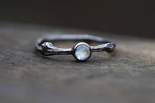 Prstene - Vetvičkový s mesačným kameňom v striebre s patinou - 12848323_