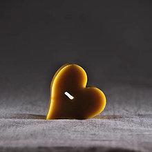 Svietidlá a sviečky - Valentínske srdiečko, liata sviečka, srdce zo včelieho vosku - 12852861_
