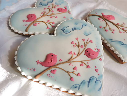 Medovníkové srdiečko s ružovými vtáčikmi