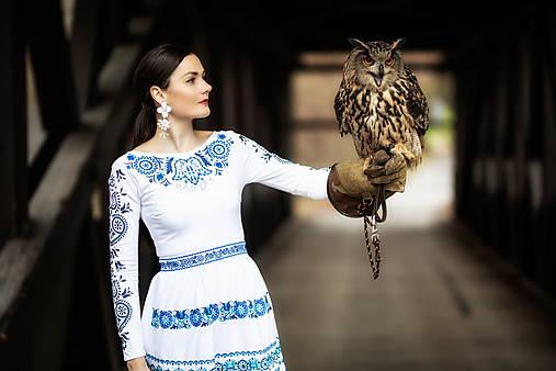 bielomodré vyšívané šaty Slovenské devy