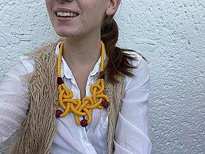 Náhrdelníky - Žluté uzly s bordo korálky - 12870303_