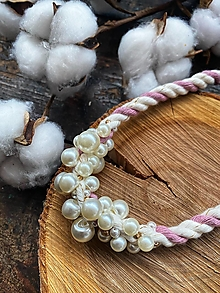 Náhrdelníky - Pudrovo-režný pošitý perlami - 12870387_