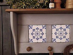 Nábytok - Vešiak-o-polica sivá s modrou-bielou keramikou - 12868481_
