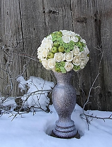 Dekorácie - Kytica zo smotanových ruží s jabĺčkami s drevenou vázou - 12874121_