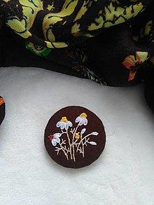 Odznaky/Brošne - Harmanček (ručne vyšívaná brošňa) - 12878508_