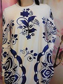 Šaty - FLORAL FOLK -  šaty v dĺžke midi s vačkami (biely podklad - modrý akvarel, dlhý rukáv) - 12881369_
