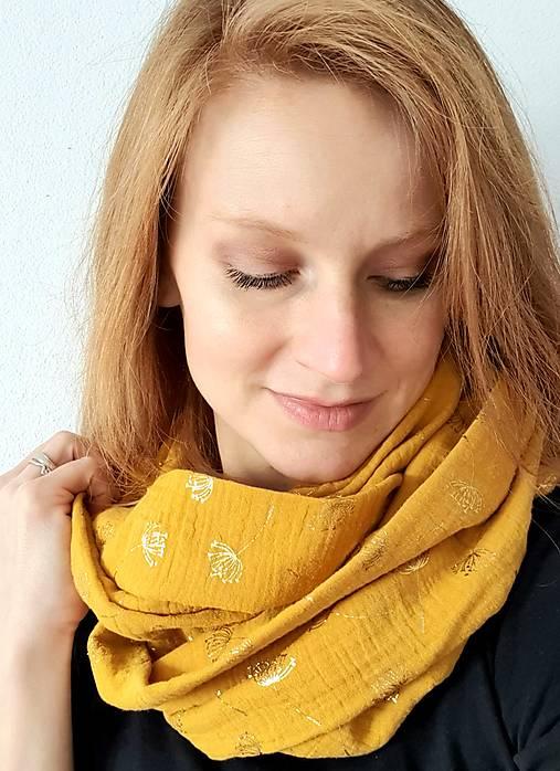 TUNELOVÝ NÁKRČNÍK - žltá farba so zlatou potlačou púpav)