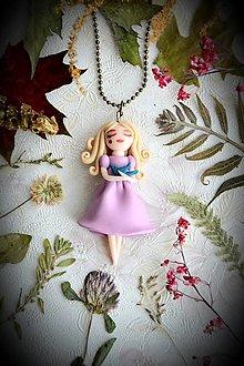 Náhrdelníky - Malá víla Magdalénka s vtáčaťom, fimo, náhrdelník - 12885916_