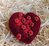 Odznaky/Brošne - plstená brošňa srdce / výpredaj - 12893600_