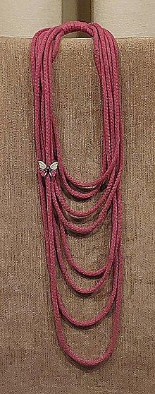 Náhrdelníky - Textilný šperk s motýlikom - 12895649_