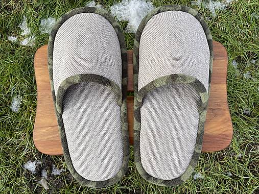Papuče so zeleným lemom