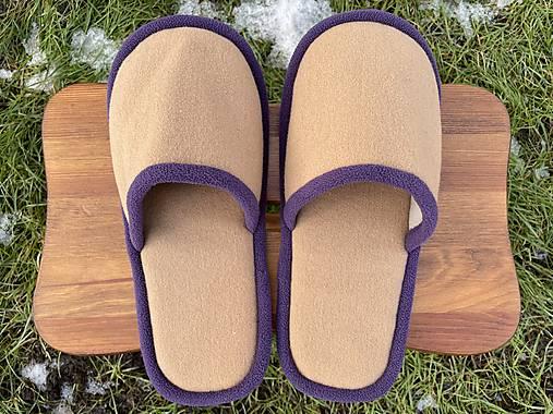 Béžové papuče s fialovým lemom