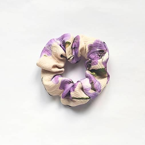 Recy-scrunchie pudrová s fialovými kvetmi