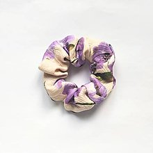 Ozdoby do vlasov - Recy-scrunchie pudrová s fialovými kvetmi - 12904039_