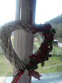 Dekorácie - Biele vianočné srdiečko z peddigu  -s červenými bobuľkami - 12915243_
