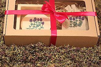Pomôcky - Podšálky pod bylinkový čaj v borovicovom stojane a bio čaj - darčekové balenie - 12912730_