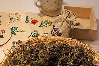 Pomôcky - Podšálky pod bylinkový čaj v borovicovom stojane a bio čaj - darčekové balenie - 12912861_