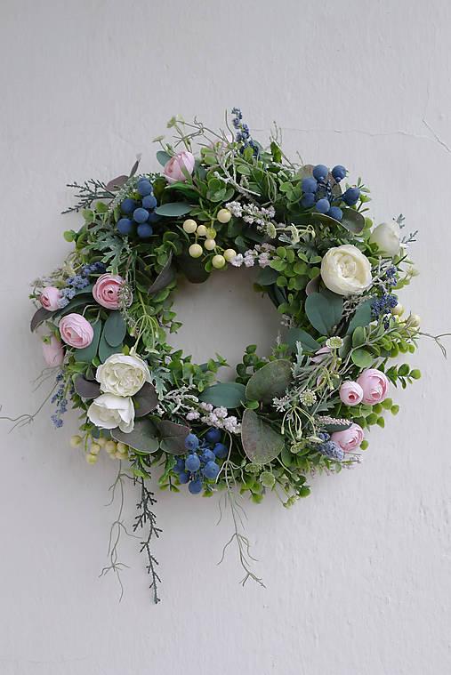 Dekorácie - Veniec na dvere kvetinový s trnkami - 12914495_