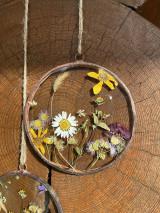 Dekorácie - Závesná dekorácia s lúčnymi kvetmi  (11 cm) - 12912665_