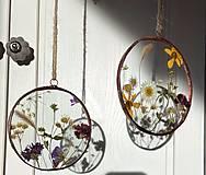 Dekorácie - Závesná dekorácia s lúčnymi kvetmi  (11 cm) - 12915094_