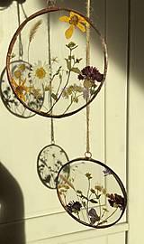 Dekorácie - Závesná dekorácia s lúčnymi kvetmi  (11 cm) - 12915096_