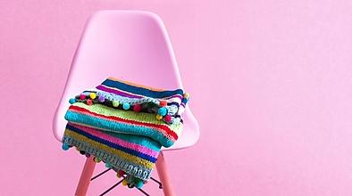 Úžitkový textil - Deka ručne pletená s brmbolcami - 12919819_
