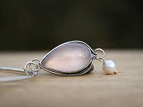 Náhrdelníky - Ruženínový prívesok s perlou - 12917771_