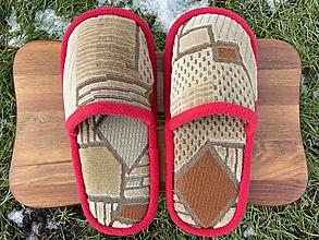 Obuv - Béžové vzorované papuče s červeným lemom - 12921244_