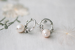 Náušnice - Strieborné napichovacie náušnice s bielymi perlami - Bokeh Soul Pearl - 12932539_