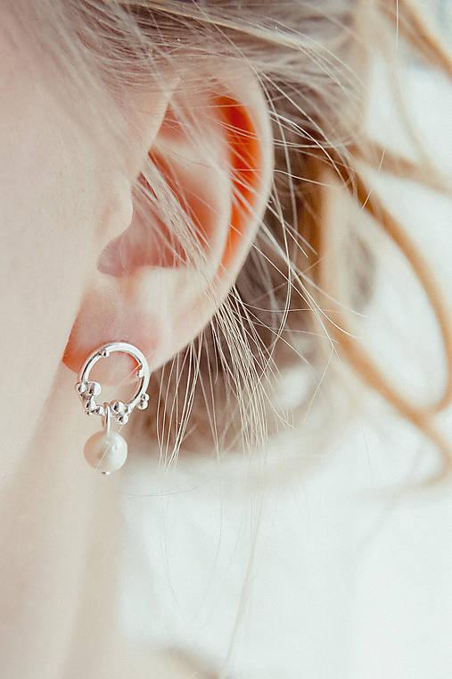 Strieborné napichovacie náušnice s bielymi perlami - Bokeh Soul Pearl