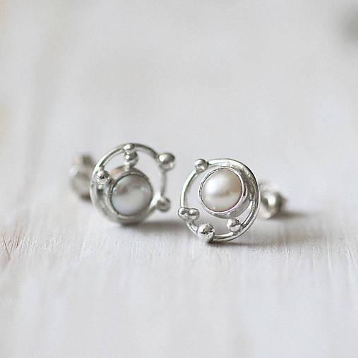 Strieborné napichovacie náušnice s malými perlami - Bokeh Pearl Mini