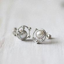 Náušnice - Strieborné napichovacie náušnice s malými perlami - Bokeh Pearl Mini - 12935882_
