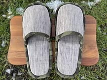 Obuv - Šedé papuče s maskáčovým lemom - 12935721_