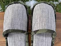 Obuv - Šedé papuče s maskáčovým lemom - 12935722_