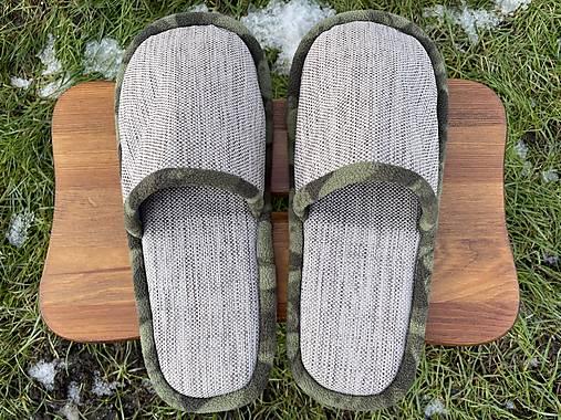 Šedé papuče s maskáčovým lemom
