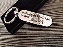 Kľúčenky - Prívesok na kľúče v tvare kapsule s gravírovaním textom: Si tá najlepšia MANŽELKA na svete! Ľúbim ťa - 12941269_