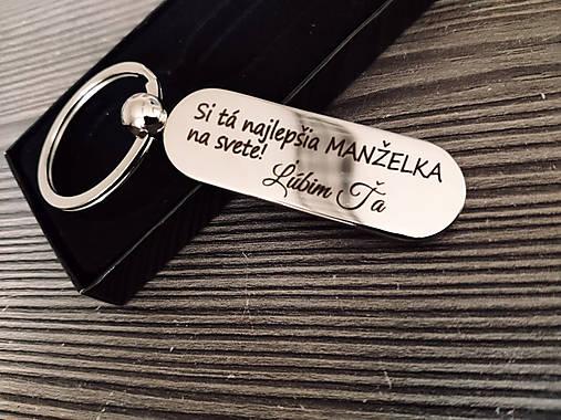 Prívesok na kľúče v tvare kapsule s gravírovaním textom: Si tá najlepšia MANŽELKA na svete! Ľúbim ťa