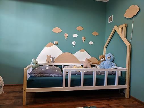 Drevená zástena za posteľ