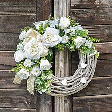 Dekorácie - Venček s bielymi ružami - 12951143_