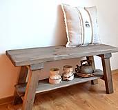 Nábytok - Drevená lavica s poličkou - 12952327_